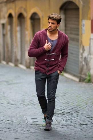 Comment porter: cardigan à col châle bordeaux, t-shirt à col boutonné gris, jean gris foncé, bottines chukka en daim gris foncé