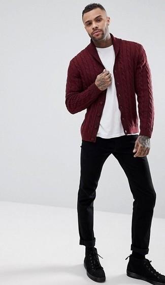 Comment porter: cardigan à col châle bordeaux, t-shirt à col rond blanc, pantalon chino noir, bottes de loisirs en daim noires