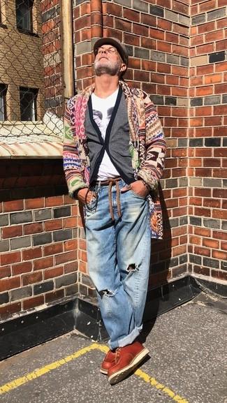 Comment porter: cardigan à col châle multicolore, cardigan gris, t-shirt à col en v imprimé blanc, jean déchiré bleu
