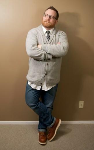 Comment porter: cardigan à col châle gris, chemise à manches longues blanche, jean bleu marine, bottes de travail en cuir marron