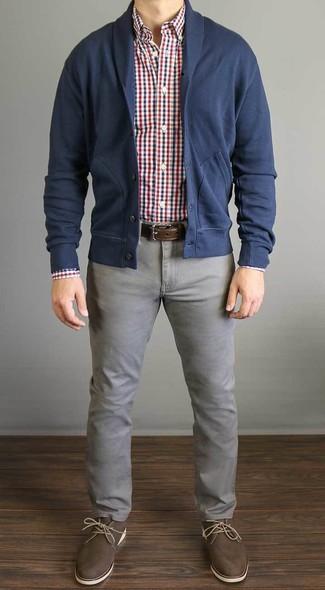 Comment porter: cardigan à col châle bleu marine, chemise à manches longues en vichy blanc et rouge et bleu marine, jean gris, bottines chukka en cuir marron