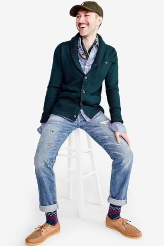 Comment porter: cardigan à col châle vert foncé, chemise à manches longues à rayures verticales blanc et bleu, jean déchiré bleu clair, chaussures bateau en cuir marron clair