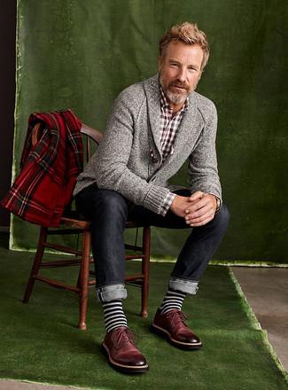 Comment porter: cardigan à col châle gris, chemise à manches longues en vichy marron, jean bleu marine, chaussures derby en cuir bordeaux