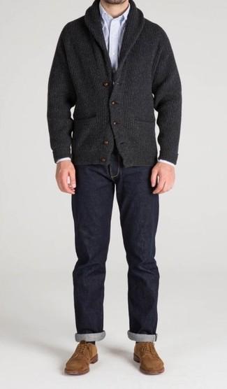 Comment porter: cardigan à col châle gris foncé, chemise à manches longues à rayures verticales bleu clair, jean bleu marine, chaussures derby en daim marron clair