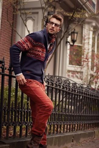 Comment porter: cardigan à col châle en jacquard bleu marine, chemise à manches longues beige, pantalon chino rouge, bottines chelsea en cuir marron foncé