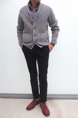 Comment porter: cardigan à col châle en tricot gris, chemise à manches longues en vichy blanc et rouge et bleu marine, pantalon chino noir, chaussures derby en daim rouges