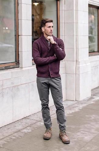 Comment porter: cardigan à col châle pourpre, chemise à manches longues en vichy bordeaux, pantalon chino gris, bottes de loisirs en cuir marron