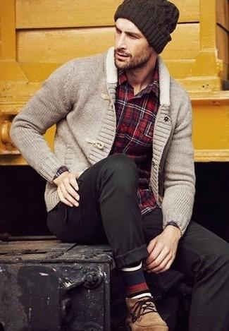 Comment porter: cardigan à col châle gris, chemise à manches longues écossaise rouge, pantalon chino noir, bottines chukka en daim marron clair