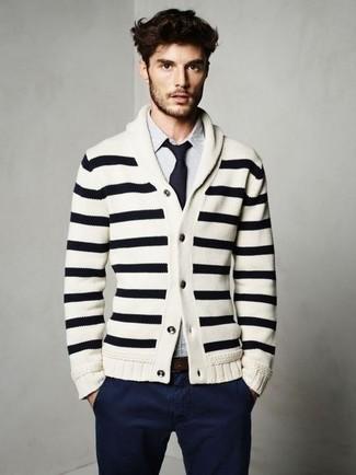 Comment porter: cardigan à col châle à rayures horizontales blanc et noir, chemise à manches longues à rayures verticales blanc et bleu, pantalon chino bleu marine, cravate bleu marine