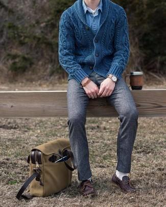 Comment porter des chaussures bateau en cuir marron foncé: Essaie de marier un cardigan à col châle bleu marine avec un pantalon chino en laine gris foncé pour un look idéal au travail. Si tu veux éviter un look trop formel, opte pour une paire de chaussures bateau en cuir marron foncé.