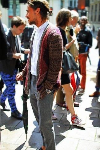 Comment porter: cardigan à col châle bordeaux, chemise à manches longues blanche, pantalon de costume en laine gris, slippers en cuir noirs