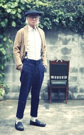 Comment porter: cardigan à col châle marron clair, chemise à manches longues blanche, pantalon de costume en laine bleu marine, slippers en daim bleu marine