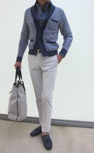 Comment porter: cardigan à col châle bleu marine, chemise à manches longues en seersucker bleue, pantalon de costume blanc, mocassins à pampilles en daim gris foncé