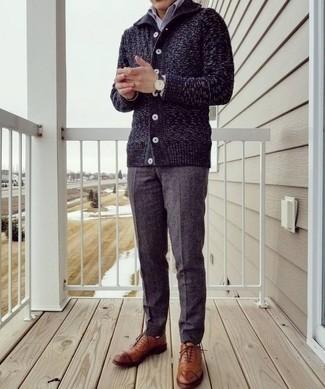 Comment porter un pull: Porte un pull et un pantalon de costume gris foncé pour un look classique et élégant. Rehausse cet ensemble avec une paire de des chaussures richelieu en cuir tabac.