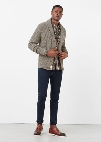 Comment porter des bottines chukka en cuir bordeaux: Marie un cardigan à col châle gris avec un jean bleu marine pour obtenir un look relax mais stylé. Une paire de des bottines chukka en cuir bordeaux est une option avisé pour complèter cette tenue.