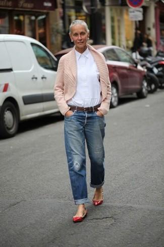 Affiche ton côté espiègle avec un cardigan à col châle beige femmes Maison Margiela et un jean boyfriend déchiré bleu. Une paire de des ballerines en cuir à clous rouges rendra élégant même le plus décontracté des looks.