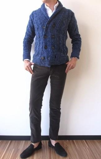 Comment porter: cardigan à col châle bleu marine, chemise de ville blanche, jean en velours côtelé marron foncé, slippers en daim noirs