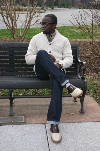 Comment porter un cardigan à col châle: Pense à associer un cardigan à col châle avec un jean bleu marine pour affronter sans effort les défis que la journée te réserve. Termine ce look avec une paire de des chaussures richelieu en cuir blanches pour afficher ton expertise vestimentaire.