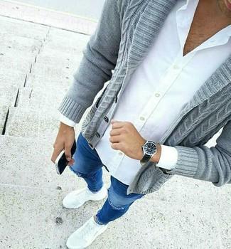 Comment porter: cardigan à col châle gris, chemise de ville blanche, jean skinny déchiré bleu, chaussures de sport blanches