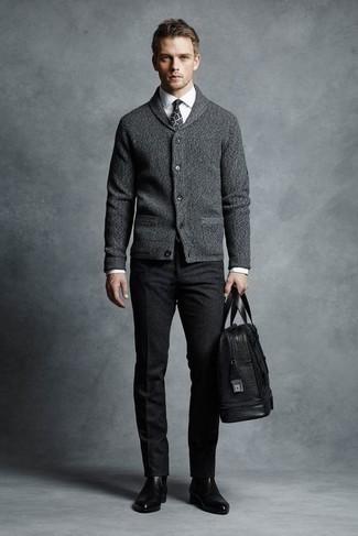 Comment porter un fourre-tout en cuir noir: Harmonise un cardigan à col châle gris avec un fourre-tout en cuir noir pour une tenue idéale le week-end. Habille ta tenue avec une paire de des bottines chelsea en cuir noires.