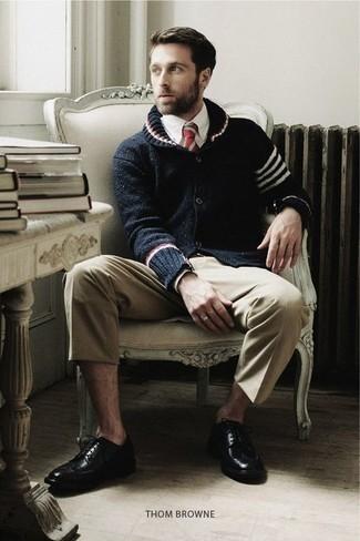 Comment porter un cardigan à col châle: Associer un cardigan à col châle avec un pantalon chino beige est une option judicieux pour une journée au bureau. Transforme-toi en bête de mode et fais d'une paire de des chaussures brogues en cuir noires ton choix de souliers.