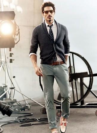 Comment porter: cardigan à col châle gris foncé, chemise de ville blanche, pantalon chino gris, chaussures bateau blanc et rouge et bleu marine