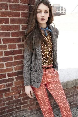 Comment porter: cardigan à col châle gris, chemise de ville á pois marron, pantalon slim á pois rouge, bandana imprimé bleu