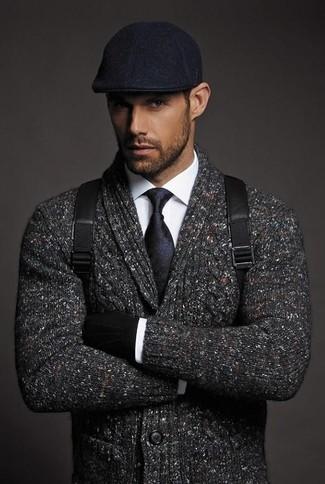 Comment porter: cardigan à col châle gris foncé, chemise de ville blanche, sac à dos en cuir noir, casquette plate noire