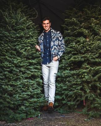 Comment porter: cardigan à col châle imprimé bleu marine, chemise en jean bleu marine, pantalon chino gris, bottines chelsea en daim tabac