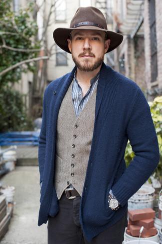 Comment porter: cardigan à col châle bleu marine, gilet en laine gris, chemise à manches longues à rayures verticales bleue, pantalon chino noir