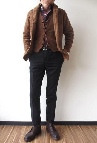 Comment porter: cardigan à col châle marron, gilet en laine marron, chemise à manches longues écossaise bordeaux, pantalon de costume noir