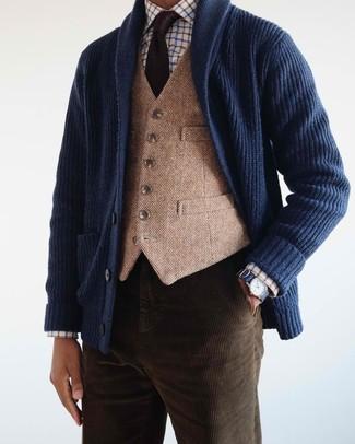 Comment porter: cardigan à col châle bleu marine, gilet en laine marron clair, chemise de ville à carreaux blanche, jean en velours côtelé marron foncé