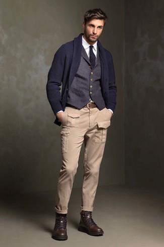 Comment porter: cardigan à col châle bleu marine, gilet bleu marine, chemise de ville blanche, pantalon cargo beige