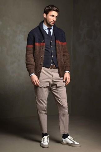 Comment porter: cardigan à col châle marron, gilet en coton noir, chemise de ville bleu clair, pantalon cargo beige