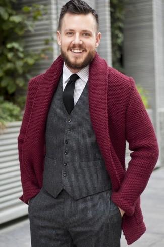 Comment porter: cardigan à col châle bordeaux, gilet en laine gris foncé, chemise de ville à carreaux blanche, pantalon de costume en laine gris foncé