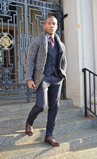 Comment porter: cardigan à col châle bleu marine, gilet bleu marine, chemise de ville écossaise blanc et bleu marine, pantalon de costume bleu marine