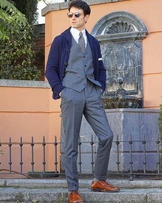 Comment porter une cravate grise: Associe un cardigan à col châle bleu marine avec une cravate grise pour une silhouette classique et raffinée. Jouez la carte décontractée pour les chaussures et termine ce look avec une paire de des chaussures brogues en cuir tabac.
