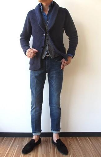 Comment porter: cardigan à col châle bleu marine, gilet en laine gris, chemise en jean bleu marine, jean bleu