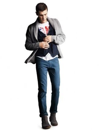 Comment porter: cardigan à col châle gris, gilet en coton bleu marine, t-shirt à col rond imprimé blanc et rouge, pantalon chino bleu marine