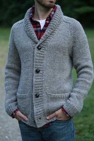 Comment porter: cardigan à col châle en tricot gris, chemise à manches longues écossaise blanc et rouge et bleu marine, t-shirt à col rond blanc, jean bleu