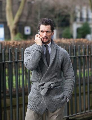 Comment porter: cardigan à col châle gris, chemise de ville blanche, pantalon de costume en laine à carreaux gris, cravate noire
