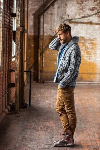 Associer une chemise en jean avec un pantalon chino tabac est une option génial pour une journée au bureau. Cette tenue est parfait avec une paire de des bottes de loisirs en cuir brunes.