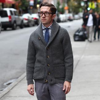 Comment porter: cardigan à col châle gris foncé, chemise de ville en vichy blanc et bleu marine, pantalon de costume en laine gris, cravate á pois bleu marine et blanc