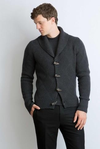 Comment porter: cardigan à col châle gris foncé, pull à col rond gris foncé, pantalon de costume en laine noir