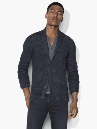 Comment porter: cardigan à col châle gris foncé, t-shirt à col boutonné gris, jean gris foncé