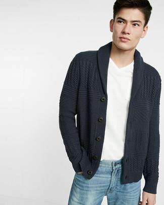 Comment porter: cardigan à col châle gris foncé, t-shirt à col en v blanc, jean bleu clair
