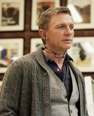 Tenue de Daniel Craig: Cardigan à col châle gris, Gilet en laine gris, Chemise à manches longues noire