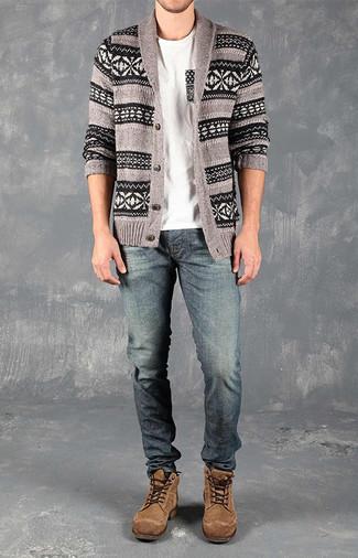 Comment porter: cardigan à col châle en jacquard gris, t-shirt à col rond blanc, jean bleu, bottes de loisirs en daim marron