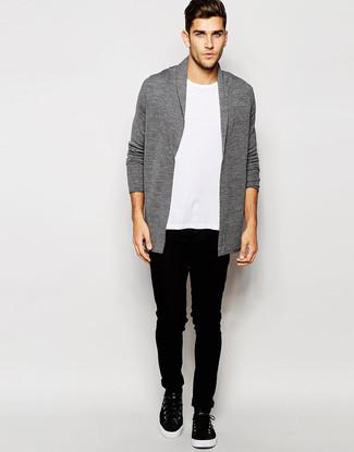 Comment porter: cardigan à col châle gris, t-shirt à col rond blanc, jean skinny noir, baskets montantes en cuir noires