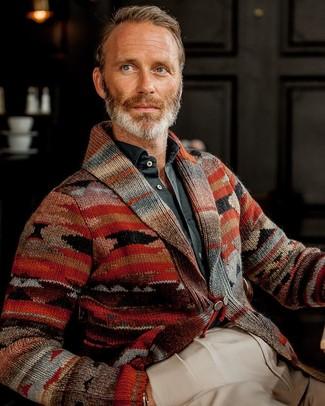 Tenue: Cardigan à col châle imprimé rouge, Chemise à manches longues noire, Pantalon de costume beige